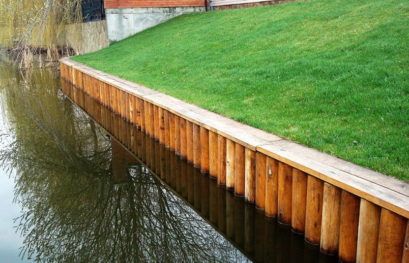 Укрепление берега деревянными сваями