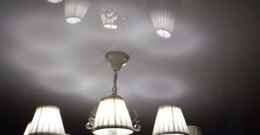 Как правильно выбрать люстру для натяжного потолка
